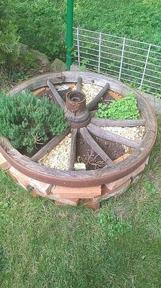Decorative old wagenrad wood in Baden-Wuerttemberg Mühlhausen - Garten Garden Yard Ideas, Diy Garden Decor, Garden Beds, Garden Projects, Indoor Garden, Outdoor Gardens, Garden Soil, Garden Layouts, Sky Garden