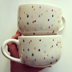 rain drop latte mug set - hand painted with lovely colorful drops. Perfect for a warm cup of tea on a rainy day! Latte Mugs, Tea Mugs, Coffee Latte, Keramik Design, Hand Painted Mugs, Painted Cups, Memphis Design, Pottery Painting, Rain Drops