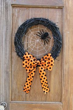 Halloween knocks on the door, but what is your front door like? Will trick-or-treaters be welcomed by plain doors or by cold and spooky Halloween garlands that will lift their Halloween zest? Take par. Halloween Ribbon, Halloween Door Decorations, Halloween Spider, Halloween Skull, Halloween Wreaths, Halloween Crafts To Sell, Halloween Deco Mesh, Halloween Drawings, Wall Decorations