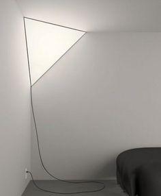 Narożna lampa w kształcie trójkąta, idealna do nowoczesnych wnętrz.  design, lampa, wystrój wnętrz