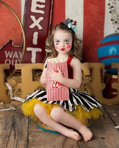 Wooster, Cleveland, and medina Ohio children's photographer. Circus Family Costume, Circus Themed Costumes, Circus Halloween Costumes, Vintage Circus Costume, Family Costumes, Girl Costumes, Halloween Mini Session, Vintage Carnival, Halloween Photos
