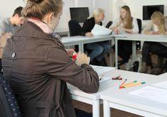 Grafikdesign-Workshop zum Thema Logo-Gestaltung: fleißig am Basteln!