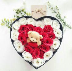 como quisiera que un caballero me regalara esto Valentines Flowers, Valentine Day Love, Valentine Crafts, Flower Box Gift, Flower Boxes, Little Flowers, Felt Flowers, Rose Flower Wallpaper, Flower Arrangements Simple
