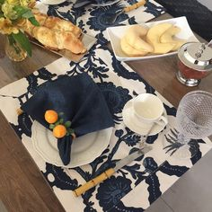 Jogo americano azul e branco. Beautiful Table Settings, Table Arrangements, Garden Table, Paper Design, White Christmas, Table Runners, Tablescapes, Catering, Dining Table