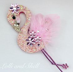 Here is a pretty handcrafted Lolli and Shell Flamingo Hair clip, made with pretty glitter fabric, feathers, sequins and Swarovski crystals. Flamingo Birthday, Flamingo Party, Flamingo Craft, Kids Fashion Blog, Fun Arts And Crafts, Boutique Hair Bows, Making Hair Bows, Diy Hair Accessories, Foam Crafts