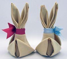 une famille de lapins de Pâques en serviettes