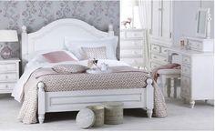 shabby möbel, weißes bett aus holz im vintage look, graue tapeten mit lila blumen, weiße schränke