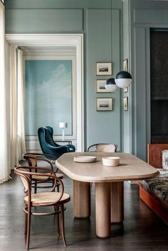 Get inspired by these dining room decor ideas! From dining room furniture ideas, dining room lighting inspirations and the best dining room decor inspirations, you'll find everything here! Dining Room Sets, Dining Room Chairs, Dining Room Furniture, Dining Table, Table Bench, Coffe Table, Kitchen Tables, Dining Area, Furniture Ideas