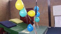 Ballon tikken. Ballonnen ophangen aan een koord en dmv een opgerolde krant oid de ballonnen een mep geven. Uitdaging: probeer ook de hogere ballonnen aan te tikken.