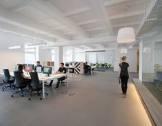Потолочные светильники с продолговатыми абажурами в штаб-квартире u2i