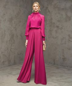 FLORIA- Georgette one-piece with bodice with sweetheart neckline. Wide, pleated georgette trousers. Blouse with high draped collar and bow.