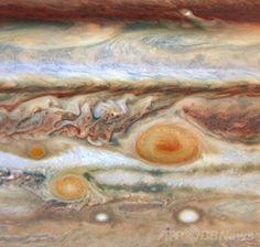 米航空宇宙局(NASA)が公表した、木星の第3の赤斑(左)の画像。ハッブル望遠鏡(Hubble Telescope)の広視野惑星カメラ2(Wide Field and Planetary Camera 2、WFPC2)によって撮影され、大赤斑(Great Red Spot)と小赤斑(Red Spot Jr)付近に写っている(2008年5月9~10日撮影、同年5月28日入手)。(c)AFP/NASA/ESA/M. Wong and I. de Pater (University of California, Berkeley) ▼6Jul2014AFP|【特集】木星 ─ ガスが渦巻く太陽系最大の惑星 http://www.afpbb.com/articles/-/3017992?ctm_campaign=must_read #Jupiter
