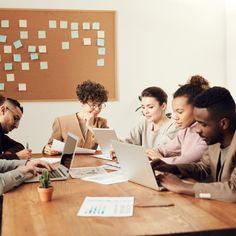 ⭕ Se la metodologia Agile, di cui abbiamo parlato qualche giorno fa, è la teoria, possiamo tradurla in pratica con Scrum.   Vediamo di che si tratta.  Scrum è un framework per lo sviluppo di progetti basato su 4 fasi:  🔘 Sprint Planning: la fase in cui il product owner, il team e il master si uniscono per capire cosa prioritizzare e quante risorse bisogna impegnare per una singola task.  🔘 Daily Stand-up: la fase più importante poiché serve a confrontarsi e aggiornarsi sullo stato… Up, Instagram