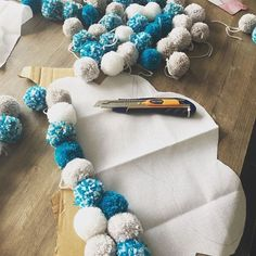 💓 nuagepompon decochambrebabyboy fieredemoi is part of Baby decor - Diy Home Crafts, Baby Crafts, Crafts For Kids, Arts And Crafts, Pom Pom Rug, Pom Poms, Diy Bebe, Pom Pom Crafts, Baby Room Decor