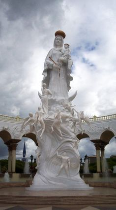Monumento La Chinita, frente a la Basílica .Maracaibo, Estado Zulia.