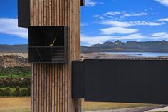 La espectacular entrada a la bodega dónde los vinos Devil's Corner se originan.  Devil's Corner proyecto de Cumulus Studio.  Fotografías de Tanja Milbourne #arquitectura #bodegas #arquitecturasingular #arquitecturaentasmania