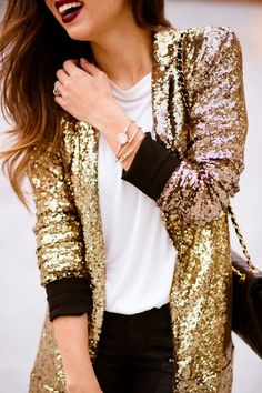 Casual NYE outfit: gold sequins blazer, white t-shirt, and black denim. Sequin Blazer, Sequin Jacket, Gold Blazer, Gold Jacket, Sequin Sweater, Look Formal, Look Fashion, Womens Fashion, Classic Fashion