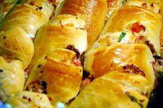 mini pizza hapjes maken doe je met bijvoorbeeld croissantdeeg. Lekker met tomatensaus kaas en salami