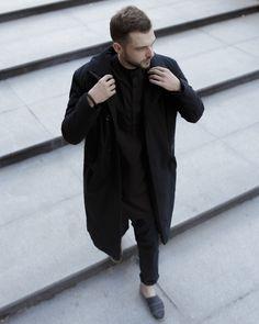 Непромокаемое пальто, классический крой, два кармана снаружи, один внутренний.  - для погоды от +5° в сочетании с утепленной Худи Garū до -10: легкое, как перышко 🎈 - плотная износостойкая матовая ткань  #select #whitecrowrussia #madeinlove #autumn #coat #men #unisex #women #streetstyle #casual #пальто #унисекс #одежда #осень #fashion #russiandesigners #black
