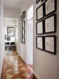 TODO BIEN ORDENADO A lograrlo contribuyen la unidad cromática y la agrupación simétrica de los cuadros, que, en este caso, ha dispuesto el interiorista Raúl Martins.