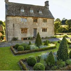 From country cottage gardens to grand estates, be inspired by these quintessentially English designs garden inspiration english countryside Country Cottage Garden, English Country Cottages, English Country Gardens, Cottage Gardens, Cottage House, Country Garden Ideas, English Farmhouse, Manor Garden, Ivy House