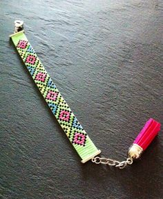 Geometric Neon Cuff Bracelet  par TDFTheDreamFactory sur Etsy, €20.00 Seed beads loom bracelet.