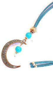 Colgante en forma de luna de ante azul //  Moon shaped pendant blue suede