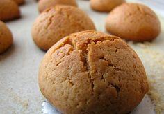 Νηστίσιμα Μπισκοτάκια με 3 υλικά (vegan) 200 γρ. ταχίνι 200 γρ. μαρμελάδα επιλογής σας 300-400 γρ. Φαρίνα άχνη ζάχαρη Σε ένα μπολ βάζουμε το ταχίνι την μαρμελάδα και τη φαρίνα. Ανακατεύουμε και πλάθουμε τα μπισκότα τα βάζουμε σε ταψί με λαδόκολλα. Ανάλογα με την πυκνότητα της μαρμελάδας και του ταχινιού μπορεί να θέλει λίγο λιγότερο… Greek Sweets, Greek Desserts, Vegan Desserts, Easy Desserts, Greek Cookies, Almond Cookies, Yummy Chicken Recipes, Sweet Recipes, Yummy Food