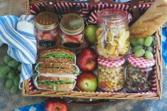 How to Pack a Picnic - Savoir FlairYou can find Picnic foods and more on our website.How to Pack a Picnic - Savoir Flair Romantic Picnic Food, Picnic Date Food, Family Picnic, Picnic Time, Picnic Ideas, Picnic Parties, Beach Picnic Foods, Healthy Picnic Foods, Picnic At The Beach