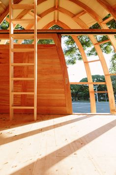 University of Hawaii architecture graduate Joey Valenti has designed prefabricated affordable housing units made from invasive albizia trees on Oahu island. Low Cost Housing, University Of Hawaii, Compact House, Prefabricated Houses, American Houses, Dome House, Thatched Roof, Affordable Housing, School Architecture