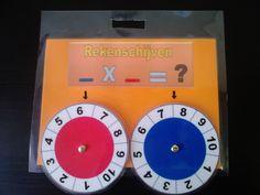 Rekenschijven: doel: draaien aan de 2 schijfjes en de cijfers die onder het pijltje staan met elkaar vermenigvuldigen. Leuke manier om de maaltafels te oefenen!