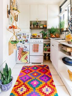 Modern Kitchen Interior Bohemian style interior design for a colorful home. Meet The Jungalow! - Get your boho vibes on! Meet The Jungalow for the best in bohemian style interior design for your home. Deco Studio, Studio Apartment Decorating, Studio Apartment Kitchen, Bohemian Studio Apartment, Vintage Apartment Decor, Apartment Interior, Tiny Studio Apartments, Studio Kitchen, Diy Apartment Decor