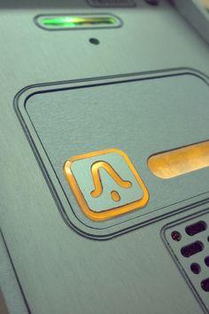 domofon jednorodzinny Radbit wykonany z anodowanego aluminium z podświetlanym przyciskiem wywoławczym