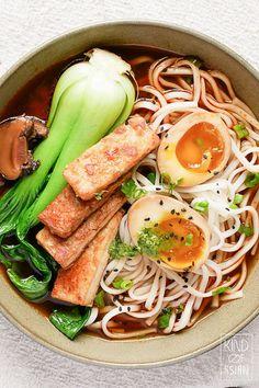 Vegetarische ramen in pittige bouillon Asian Recipes, Healthy Recipes, Ethnic Recipes, Bread N Butter, Vegan, Fabulous Foods, Food And Drink, Veggies, Soup