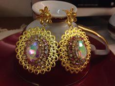 VENDO ORECCHINI dorati con cristalli AB e doppio giro di strass.