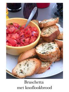 Deze bruschetta is zo makkelijk gemaakt en zoó lekker! Echt een musthave voor elke borrelplank. Je vind hier ook het recept van het heerlijke knoflookbrood wat je hier ziet. Bruschetta, Ciabatta, Ethnic Recipes, Food, Tomatoes, Essen, Meals, Yemek, Eten