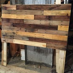 I'd like to do something like this with barnwood. How to build your own pallet wood headboard in a few simple steps. Create a stunning reclaimed wood masterpiece in your garage, custom to your bed! Diy Headboards, Homemade Headboards, Pallet Crafts, Pallet Projects, Into The Woods, My New Room, Pallet Furniture, Wood Pallets, Home Projects