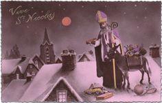 Et oui, autrefois, c'est Saint Nicolas qui glissait les cadeaux dans les cheminées, avant que le Père Noël ne lui pique son job!
