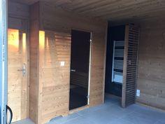 Intérieur pool house : sauna, douche, espace forme