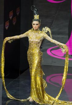 2013 MISS UNIVERSE NATIONAL COSTUME SHOW MISS CHINA--JIN YE--ALL THAT GLITTERS IS GOLD. MISS CHINA DONNED AN INTRICATE--HISTORICAL COSTUME
