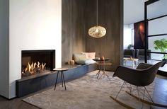 cheminée design élégant avec un coin de détente table basse et chaise à bascule