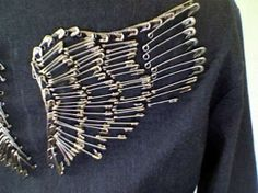Wings made with safety pins tutorial. I want to pin a pair onto a recycled denim jeans tote bag I just made. Would look great on the back of a jacket also! Could add beads for color Diy Punk, Diy Projects To Try, Sewing Projects, Style Feminin, Do It Yourself Fashion, Recycled Denim, Recycled Cds, Repurposed, Diy Clothing