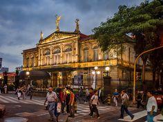 Es el Teatre Nacional de Costa Rica. Está en el centro de Costa Rica. Se puede ver peliculas con los amigos. Se puede también ir de compras aquí.
