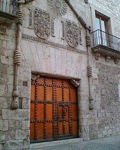Casa del Cordón, Burgos (siglo XV). Se llama así por estar enmarcada la puerta principal con un cordón franciscano.
