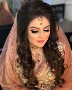 If you are going to be a bride soon and already know what you'll be wearing on your functions, then the next step is getting the perfect wedding makeup. Here are some Indian bridal makeup images to help you pick what you want. Bridal Makeup For Brown Eyes, Bridal Makeup Images, Soft Bridal Makeup, Indian Wedding Makeup, Asian Bridal Makeup, Bride Makeup, Hair Makeup, Eyeliner Makeup, Indian Makeup Looks