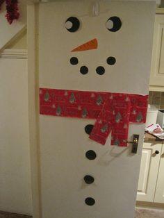 Snowman Door http://childrensartscraftsblog.blogspot.ie/2014/12/frozen-olaf-door-decoration.html
