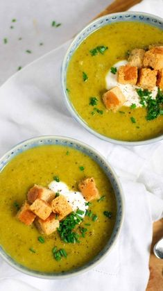 Courgette Soup Recipe with Parmesan - Quick & Healthy - This simple and tasty Courgette Soup recipe makes an easy lunch in minutes. Even children love it! It's gluten free, easily made dairy free and Gourmet Recipes, Vegetarian Recipes, Vegan Vegetarian, Cooking Recipes, Healthy Recipes, Courgette Soup Recipe, Clean Eating Snacks, Healthy Eating, Dairy Free