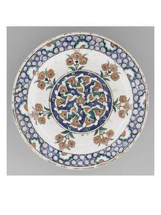 Plat aux 7 bouquets de rosettes - Musée national de la Renaissance (Ecouen)