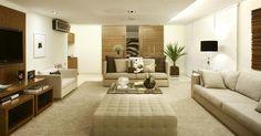 Foto: O pufe é multifunção até em ambientes grandes, onde serve de mesa de centro, como mostra o projeto assinado pelo escritório Yamagata Arquitetura / Crédito: Divulgação