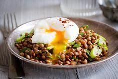 Čočkový salát se spešlvejcem naměkko Red Lentil Salad, Czech Recipes, Ethnic Recipes, Eggs And Soldiers, Egg Ingredients, Soft Boiled Eggs, Deep Dish, Salad Bowls, Lentils